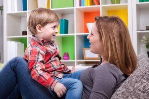 Mutter mit Kind beim Training gegen Stottern