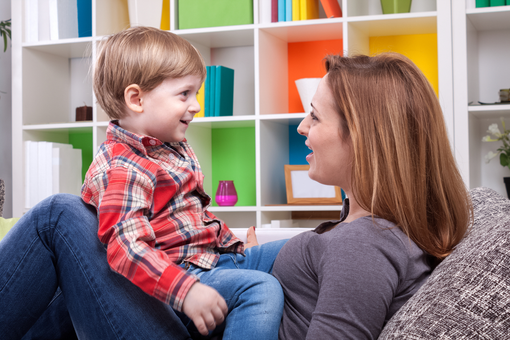 Mein Kind stottert - Was sollten Eltern beachten? Mutter mit Kind