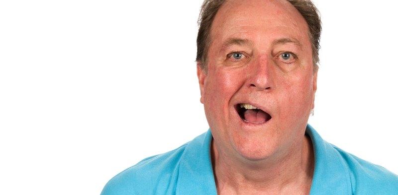 Fazialisparese Mann mit halbseitiger Gesichtslähmung
